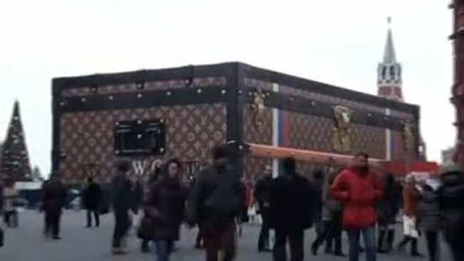 Aparece baúl gigante en plaza de Moscú