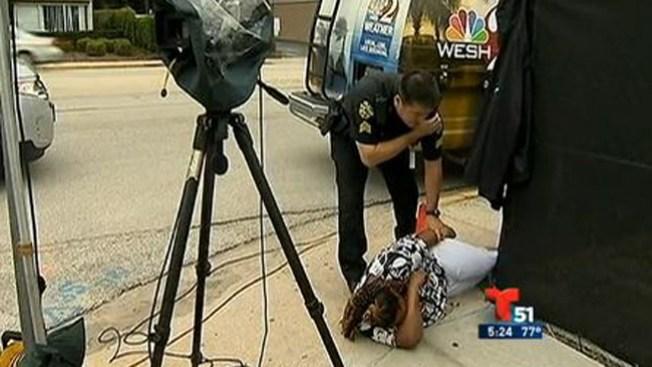 Mujer ataca a golpes a la prensa