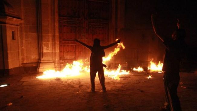 México: Queman puerta de Palacio Nacional