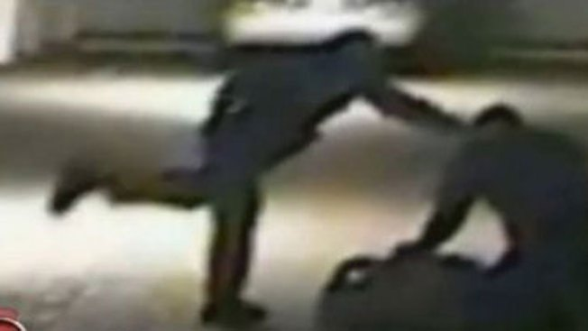 Policías muelen a patadas a hombre