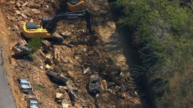 Recogen escombros tras socavón