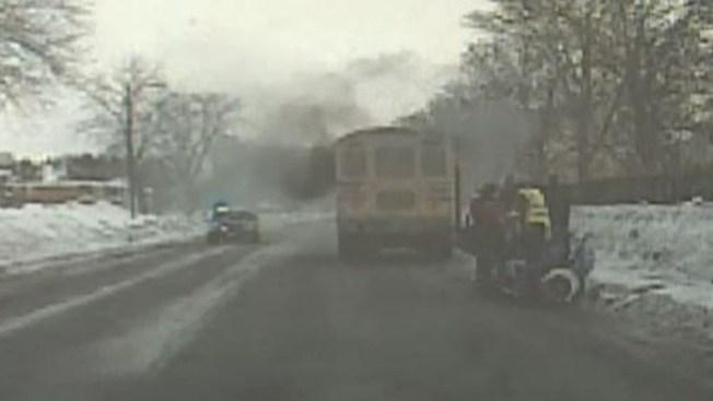 Niños rescatados de autobús en llamas