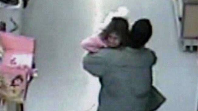 Cámara graba rapto de niña