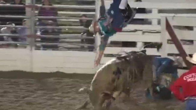 ¡Toro lanza a vaqueros por los aires!