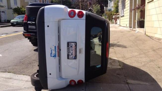 Voltean autos Smart en San Francisco