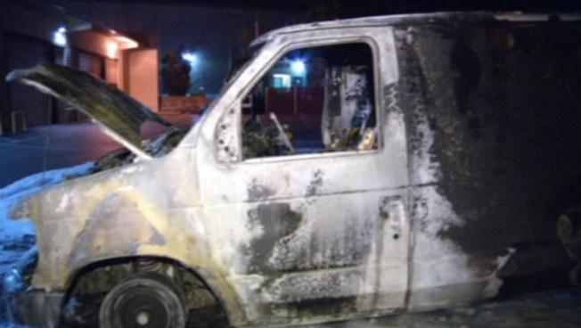 Vehículo consumido por las llamas en Campbell