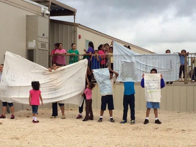 Piden mantener detenidas a familias inmigrantes