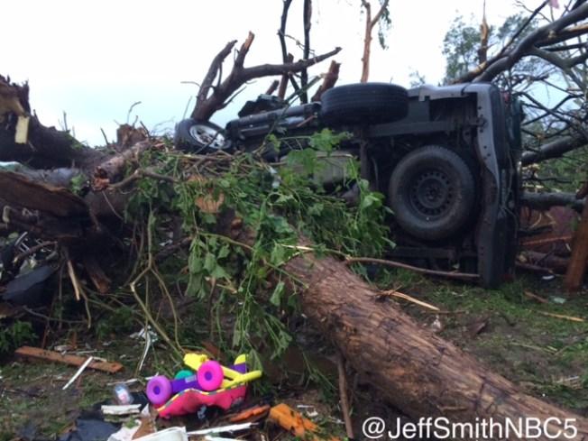 Familia sobrevive el tornado dentro de su vehículo
