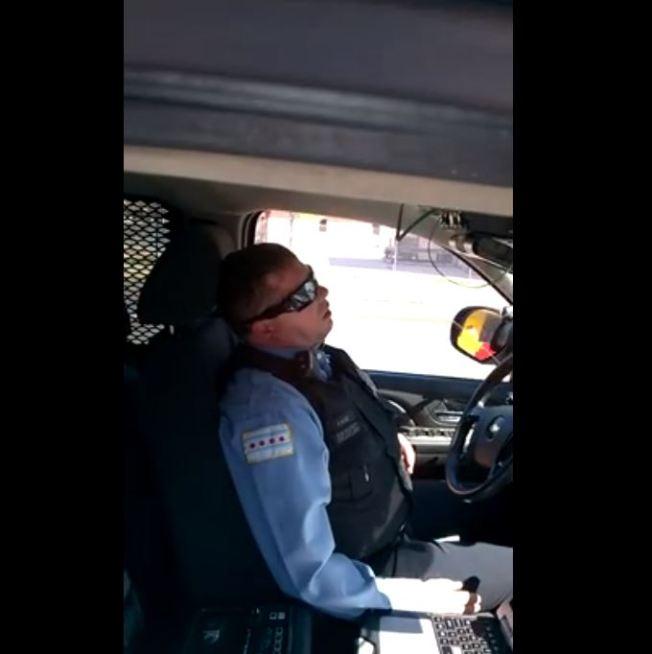 Viral: Policía se queda dormido en su turno