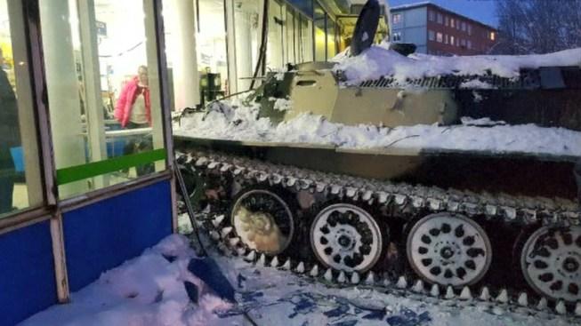 Robó un tanque de guerra para asaltar una licorería