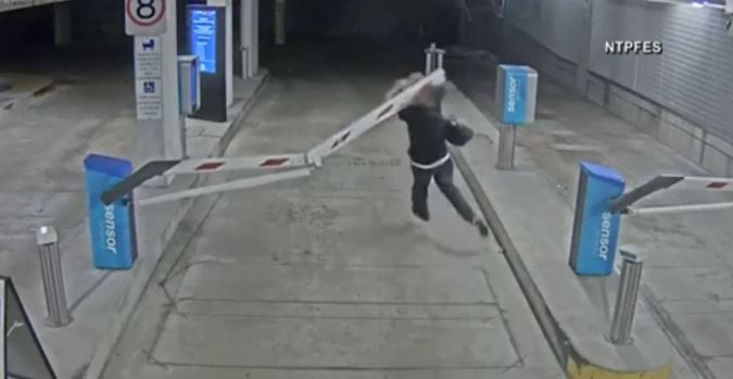 """[TLMD - NATL] Viral: lo buscan tras el """"choque"""" más insólito en estacionamiento"""